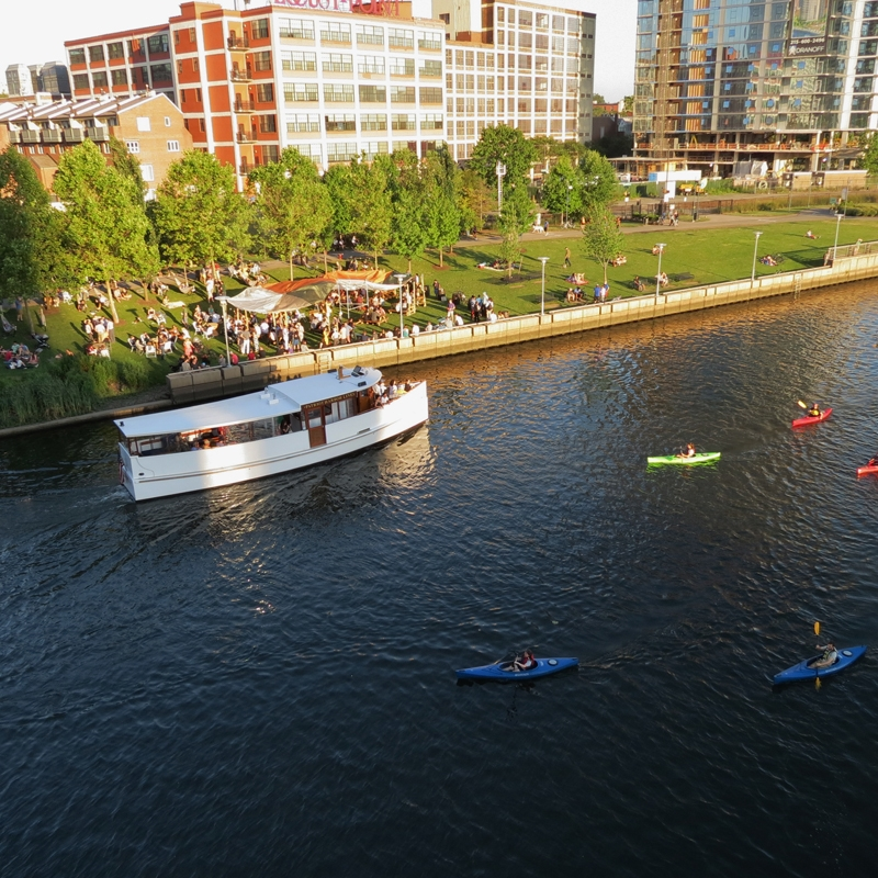 Riverboat & kayaks & Parks on Tap